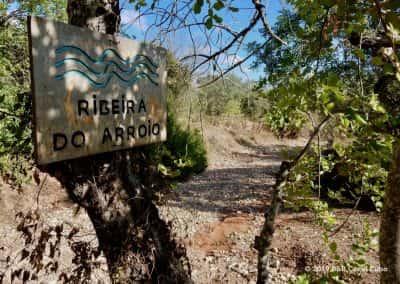 Oversteek Ribeira do Arroio, droge rivierbedding Sitio da Torre
