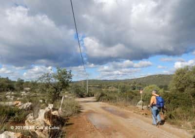 Wandelaar op wandelpad Sitio da Torre Santa Catarina da Fonte do Bispo