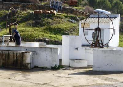 Geen waterleiding, Heuvelland Tavira, Cachopo, oude vrouw tapt water