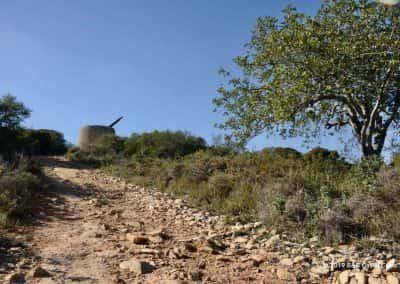 Rotsig pad richting een molen ruïne
