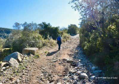 Wandelaar met rugzak op stenig pad