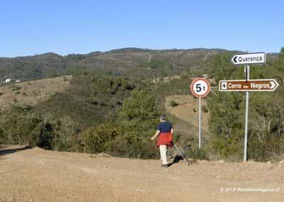 borden langs onverhard pad, heuvellandschap, wandelaar, nordic walking