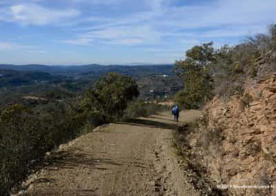 Wandelaar in heuvels wandelroute Loulé Algarve
