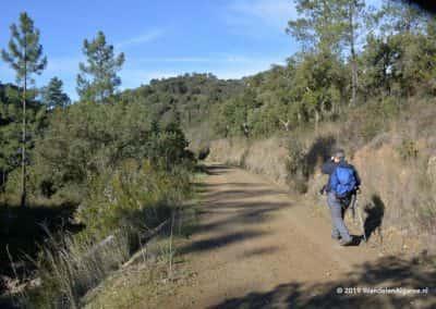 wandelaar op wandelpad in Serra do Caldeirão