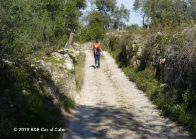 Wandelaar op oude Romeinse weg in Oost-Algarve