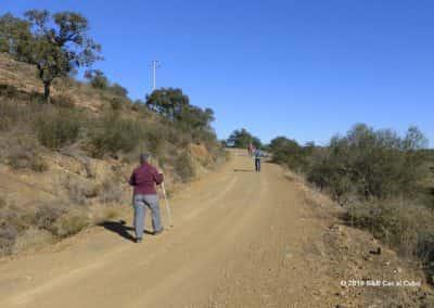 Drie wandelaars op een wandelroute aan de Spaanse grens