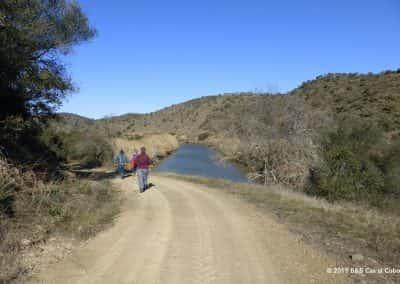 Wandelaars lopen langs Odeleite rivier