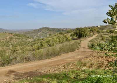 Pad met uitzicht op omliggende heuvels en dalen van de Cerro do Caldeirão