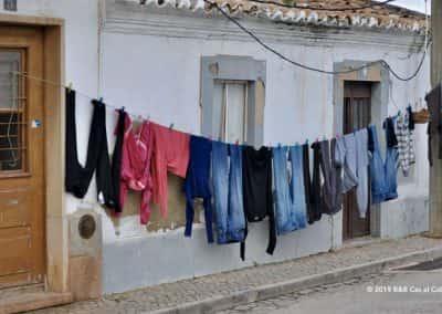Waslijn met kleding langs een huis