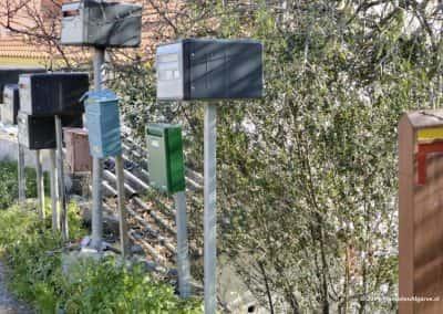 Verzameling brievenbussen langs wandelpad