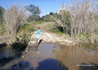 Wandelaar steekt rivier over