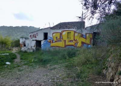Boven de Asseca Rivier staat een ruïne, vol met graffiti