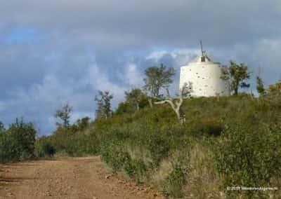 Ruïne van molen bij Salir, op wandelroute