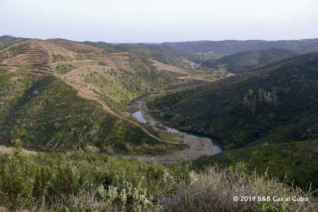 Rivier de Alportel slingert zich door het landschap