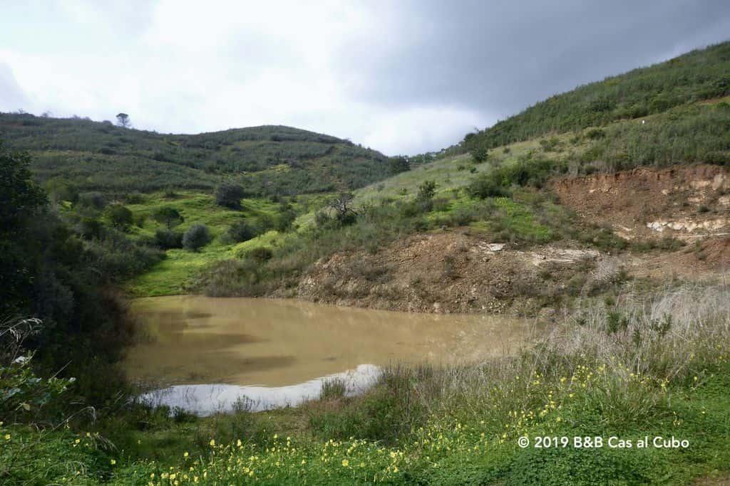 Drinkput in de groene heuvels van de Asseca vallei