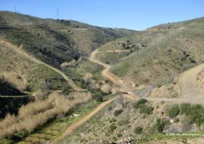 Pad door de vallei op wandelroute Alcaria do Cume met uitzicht op hoogspanningsmasten