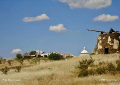 De oude windmolen langs route CTM PR3 bij Azinhal