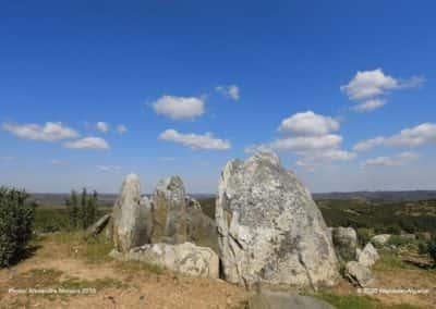 Hoog boven het heuvelland ligt de grafheuvel (Anta) van Masmorra op TAV PR8