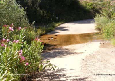 Oversteek van de rivier de Aarde op wandeling Pe do Coelho LLE PR21