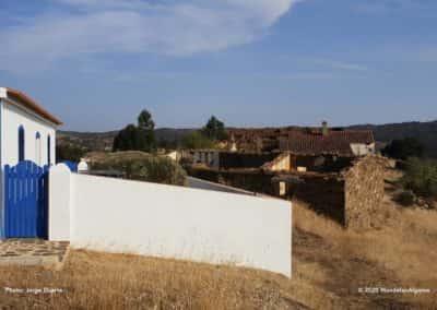 het contrast tussen oude en nieuwe huizen langs wandelroute LLE PR21 Revezes