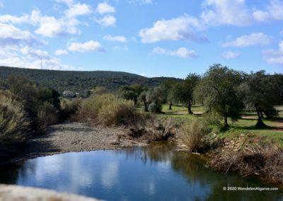 Rivier Algibre op wandeling Tôr staat bijna droog