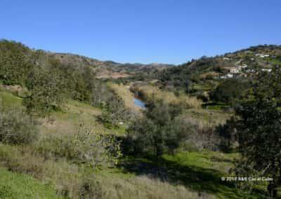 Uitzicht op de vallei van de rivier Alportel bij Curral da Pedra